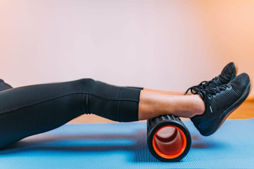 Mit einer Faszienrolle kann man mit etwas Übung seine Schmerzen zuhause lindern.