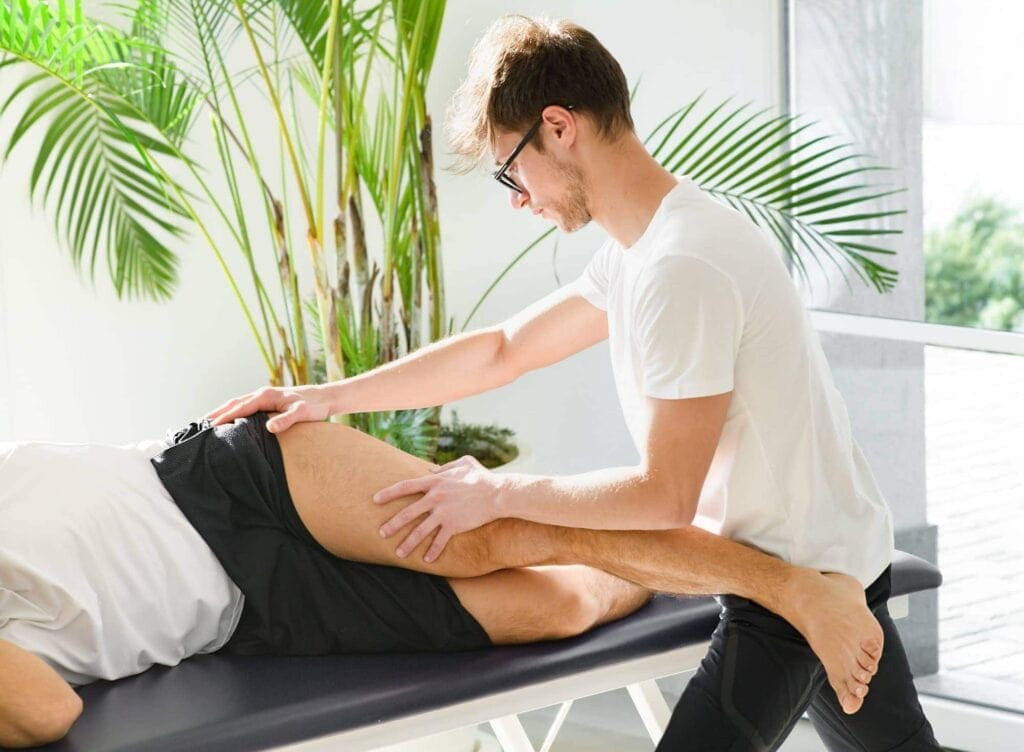 Eine osteopathische Behandlung massiert die Faszien und Triggerpunkte, um die (chronischen)  Schmerzen zu lindern.