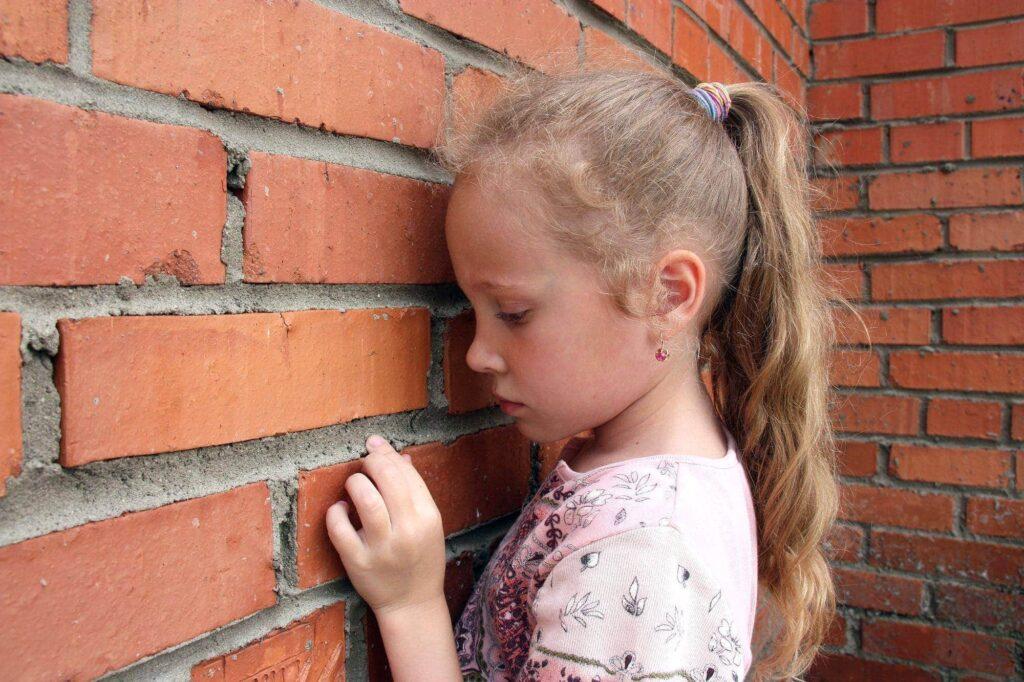 Kinder entwickeln häufig ein Ohnmachtsgefühl und vergraben ihre Traurigkeit