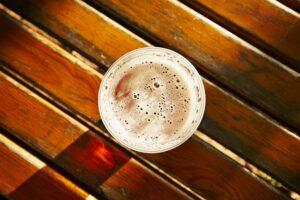 Kann man CBD nehmen und Alkohol trinken?